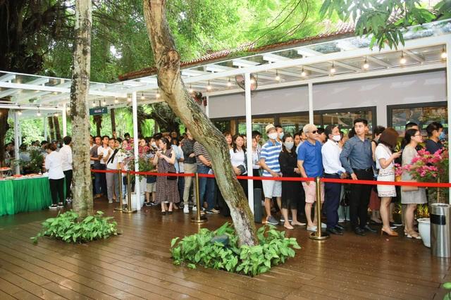 Khách xếp hàng dài để xem nhà mẫu và mua nhà tại Ecopark - 11