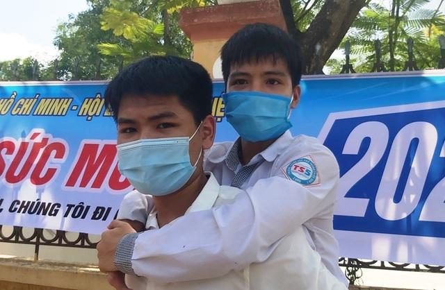 Nam sinh 10 năm cõng bạn đến trường trở thành tân sinh viên ĐH Y Thái Bình - 1