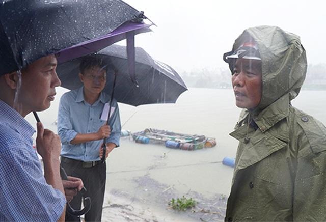 Mưa cực lớn, nước ngập ngang người, cây đổ la liệt - 10