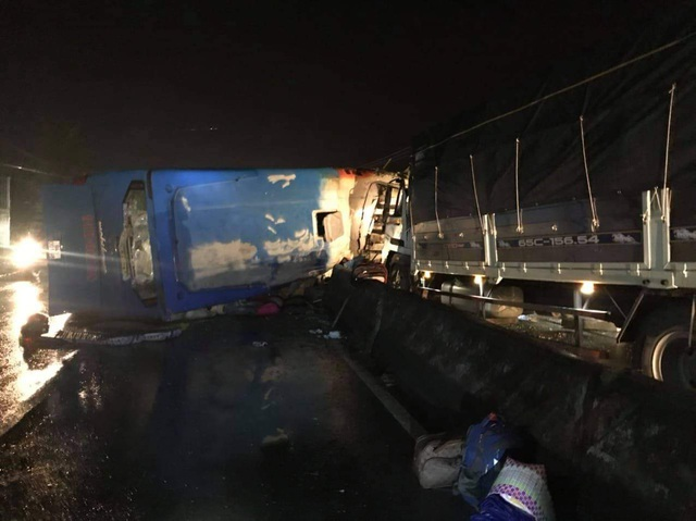 2 ô tô va chạm lúc nửa đêm, 1 người chết, 19 người bị thương - 4
