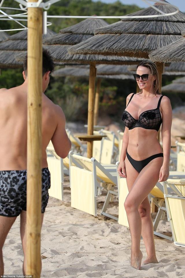 Vợ chồng người mẫu Rhian Sugden tình tứ trên biển - 1