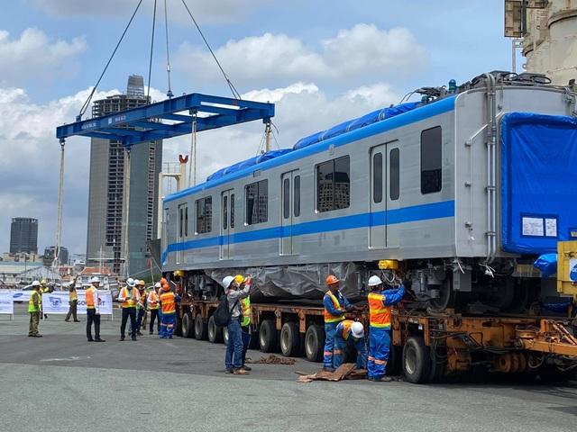 Cận cảnh đoàn tàu metro số 1 vừa cập cảng ở Sài Gòn - 5