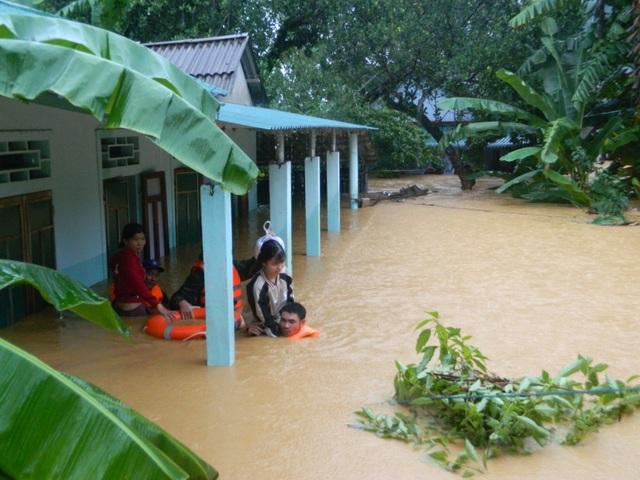 Quảng Trị:  Lũ ngập gần nóc nhà, học sinh các cấp tiếp tục được nghỉ học  - 1
