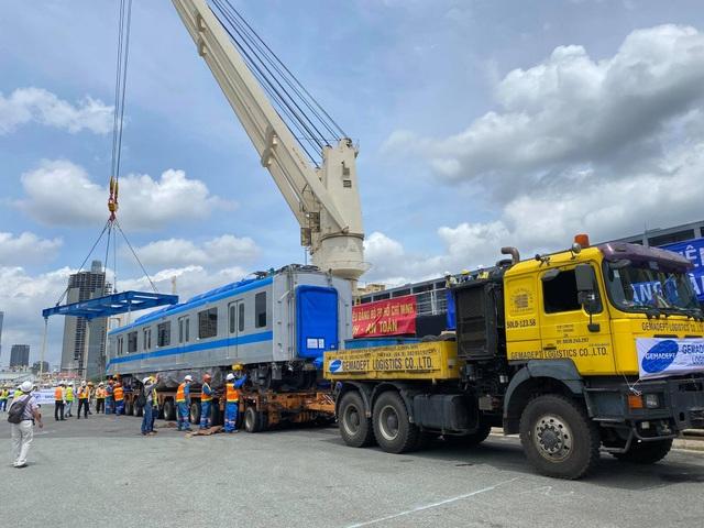 Cận cảnh đoàn tàu metro số 1 vừa cập cảng ở Sài Gòn - 4