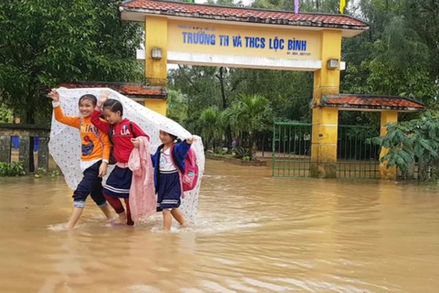 Học sinh các vùng lũ tỉnh Thừa Thiên Huế được nghỉ học ngày 9/10 - 1