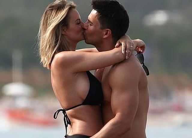 Vợ chồng người mẫu Rhian Sugden tình tứ trên biển - 7