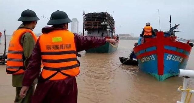 Kịp thời cứu hộ tàu cá đứt neo trôi ra biển trong mưa lũ - 1