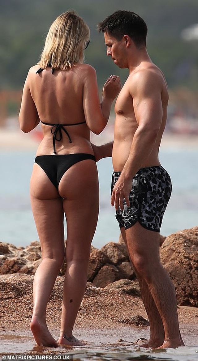 Vợ chồng người mẫu Rhian Sugden tình tứ trên biển - 3