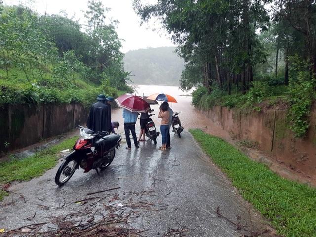 Lũ dâng tận nóc nhà, nhiều làng mạc chìm sâu trong nước - 4