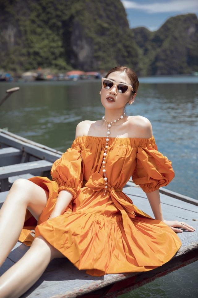 Á hậu Tú Anh quyến rũ như gái 20 với váy xẻ cao ngút ngàn - 2