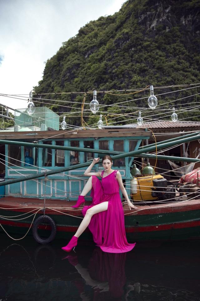 Á hậu Tú Anh quyến rũ như gái 20 với váy xẻ cao ngút ngàn - 5