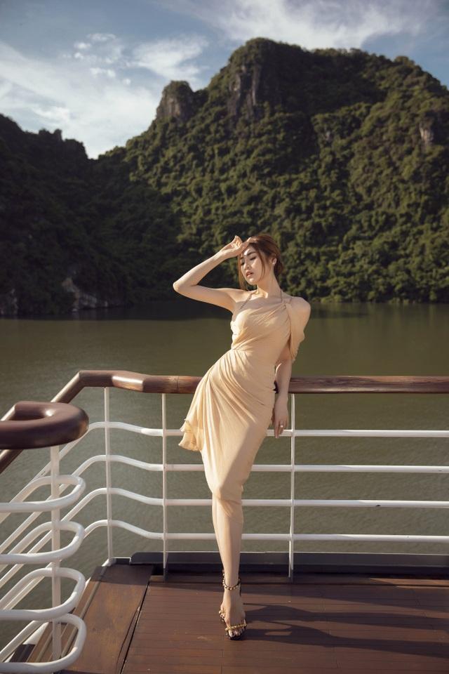 Á hậu Tú Anh quyến rũ như gái 20 với váy xẻ cao ngút ngàn - 8