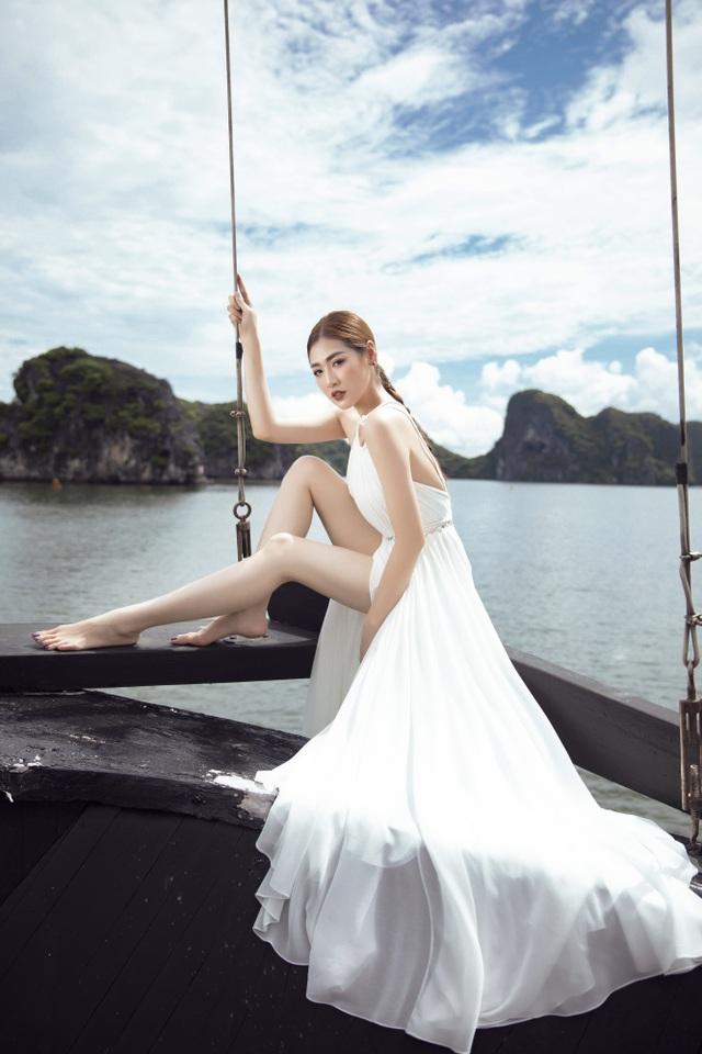 Á hậu Tú Anh quyến rũ như gái 20 với váy xẻ cao ngút ngàn - 4