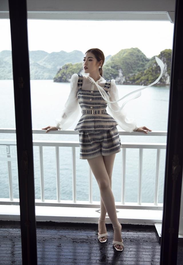Á hậu Tú Anh quyến rũ như gái 20 với váy xẻ cao ngút ngàn - 6