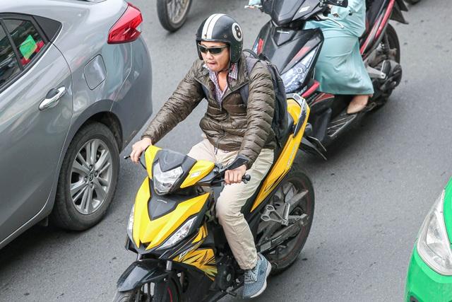 Hà Nội đón đợt gió lạnh đầu mùa, người dân mặc áo ấm ra đường - 3