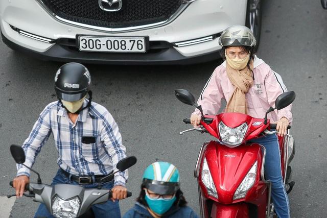 Hà Nội đón đợt gió lạnh đầu mùa, người dân mặc áo ấm ra đường - 5