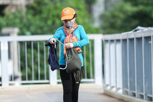 Hà Nội đón đợt gió lạnh đầu mùa, người dân mặc áo ấm ra đường - 7