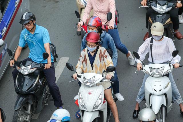 Hà Nội đón đợt gió lạnh đầu mùa, người dân mặc áo ấm ra đường - 2