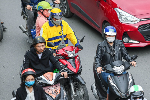 Hà Nội đón đợt gió lạnh đầu mùa, người dân mặc áo ấm ra đường - 9