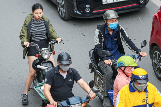 Hà Nội đón đợt gió lạnh đầu mùa, người dân mặc áo ấm ra đường - 10