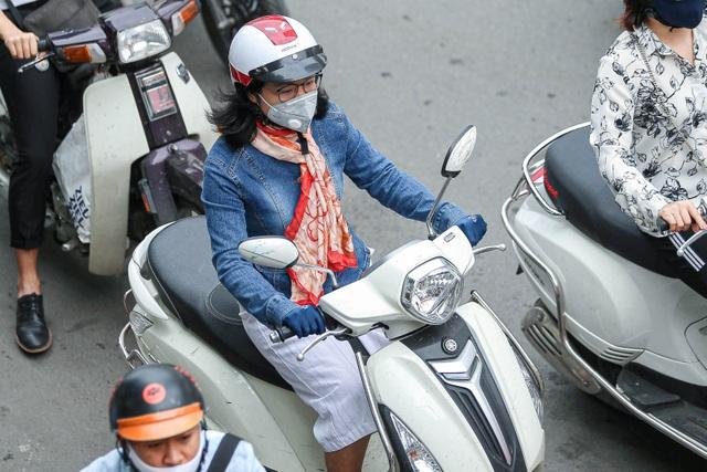 Hà Nội đón đợt gió lạnh đầu mùa, người dân mặc áo ấm ra đường - 6
