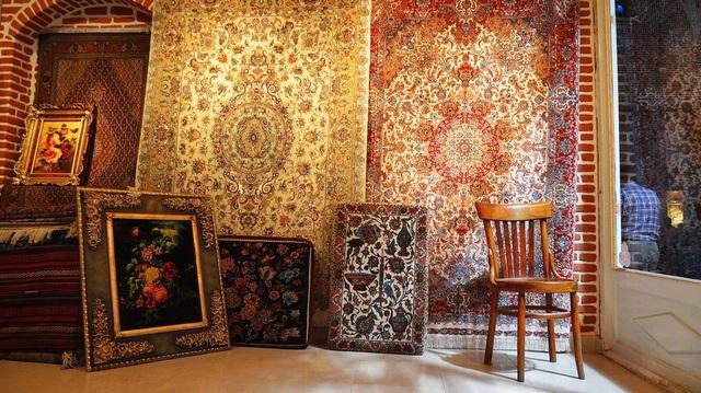 Cận cảnh loại thảm dát vàng 18 carat và ngọc trai, có giá bằng cả căn nhà - 1