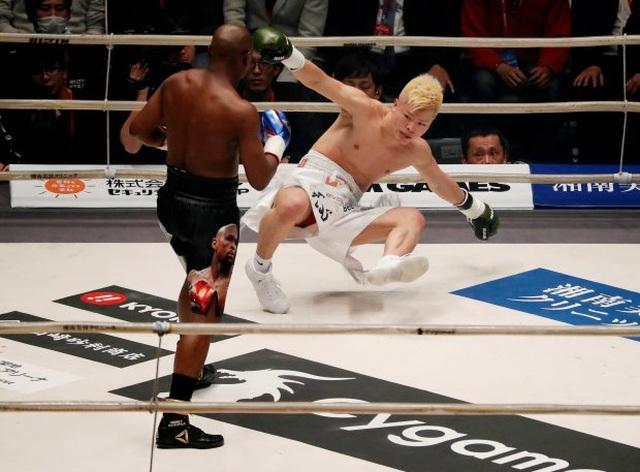 Ba lần đấm võ sĩ Nhật Bản ngã dúi dụi, Mayweather vẫn tự nhận thất bại - 1