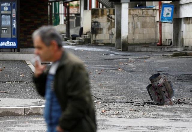 """Dân thường """"mắc kẹt"""" giữa làn đạn trong chiến sự Azerbaijan - Amernia - 1"""
