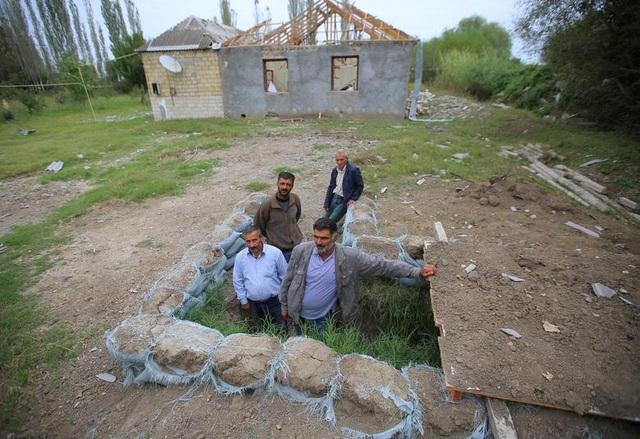 """Dân thường """"mắc kẹt"""" giữa làn đạn trong chiến sự Azerbaijan - Amernia - 13"""