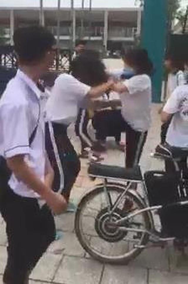 Vụ nữ sinh lớp 9 bị đánh hội đồng trước cổng trường, công an vào cuộc - 1