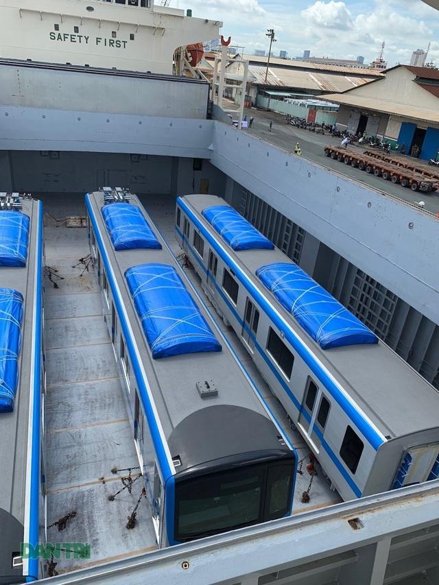 Cận cảnh đoàn tàu metro số 1 vừa cập cảng ở Sài Gòn - 6