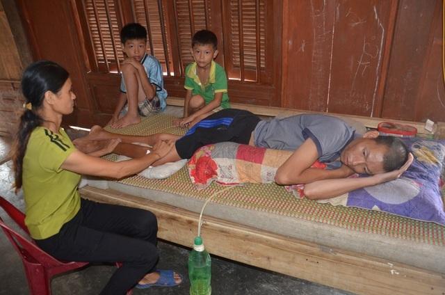 Người cha ngã xuống vực nằm liệt, 2 con thơ phải nghỉ học vì gia cảnh nghèo - 3