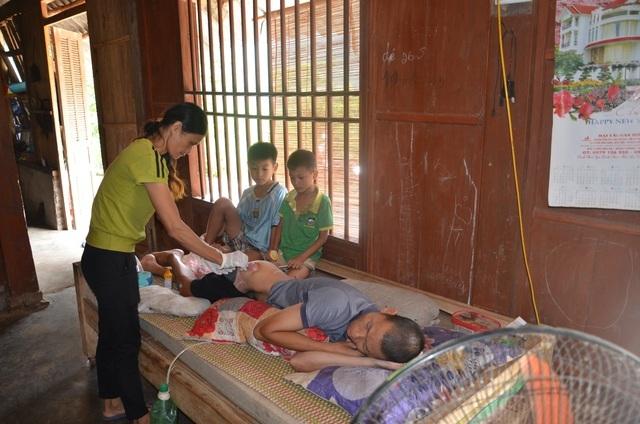 Người cha ngã xuống vực nằm liệt, 2 con thơ phải nghỉ học vì gia cảnh nghèo - 4