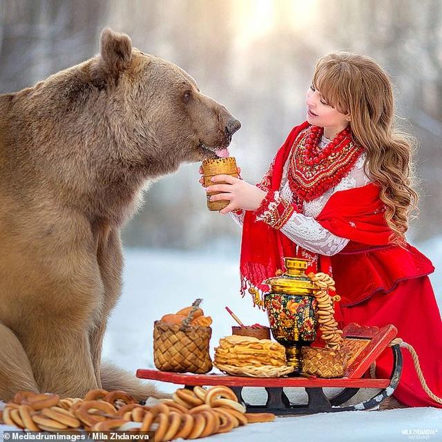 """Chú gấu mồ côi bỗng trở thành """"người mẫu ăn khách"""" - 9"""
