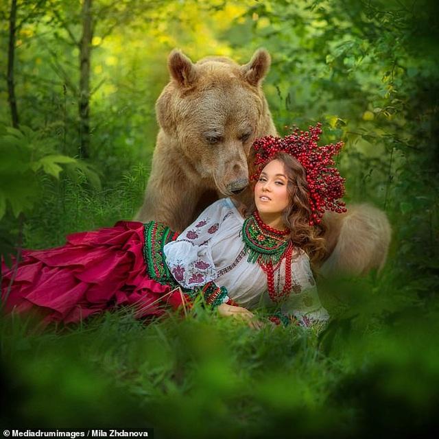 """Chú gấu mồ côi bỗng trở thành """"người mẫu ăn khách"""" - 6"""