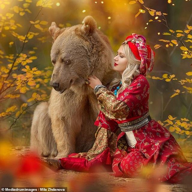 """Chú gấu mồ côi bỗng trở thành """"người mẫu ăn khách"""" - 11"""