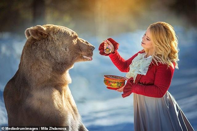 """Chú gấu mồ côi bỗng trở thành """"người mẫu ăn khách"""" - 12"""