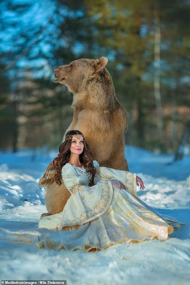 """Chú gấu mồ côi bỗng trở thành """"người mẫu ăn khách"""" - 10"""