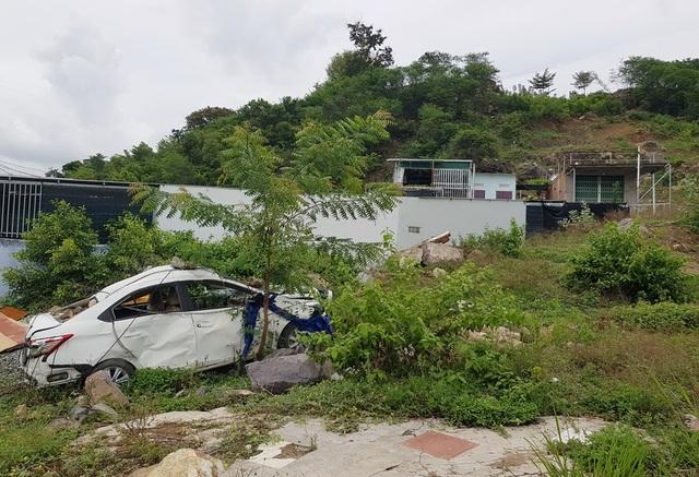 2 năm sau vụ lở núi ở Nha Trang, ô tô bị đè bẹp vẫn còn ở hiện trường - 1