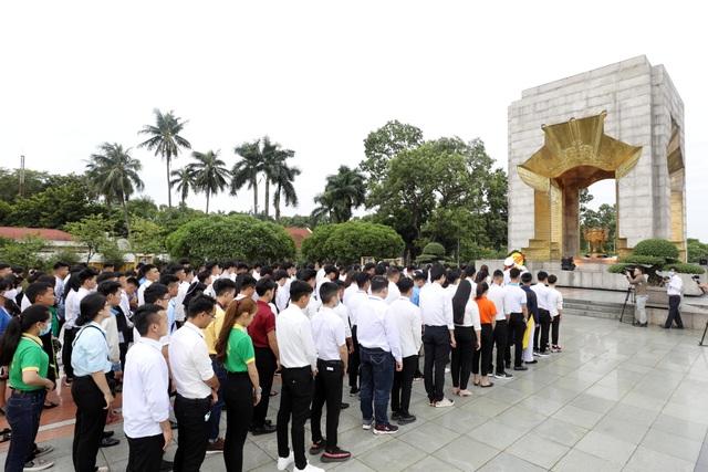 130 HS, SV tiêu biểu ngành giáo dục nghề nghiệp dự Lễ báo công dâng Bác - 10