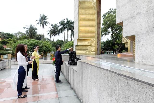 130 HS, SV tiêu biểu ngành giáo dục nghề nghiệp dự Lễ báo công dâng Bác - 9