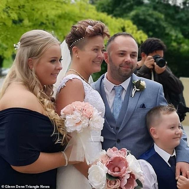 Khoảnh khắc cô dâu vừa chiến thắng bệnh ung thư ngã quỵ trong hôn lễ - 3