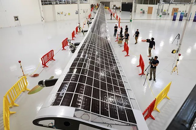 Cận cảnh chiếc máy bay không người lái giúp phủ sóng Internet của Google - 2