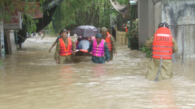 Nước sông Hương gần tràn bờ, TP Huế ngập mênh mông - 14
