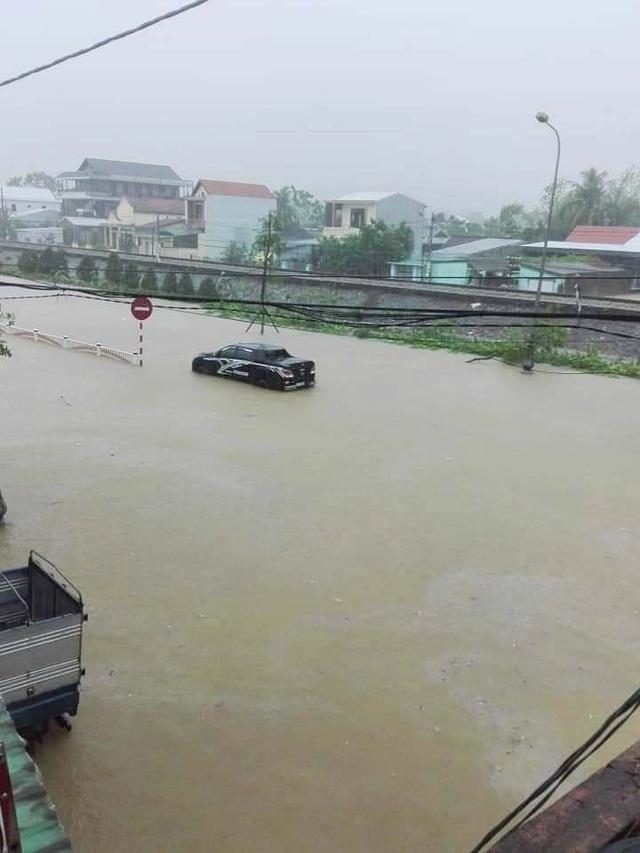 """""""Rốn"""" lũ Phong Điền nước dâng nhanh, ngập đến nửa nhà dân - 26"""
