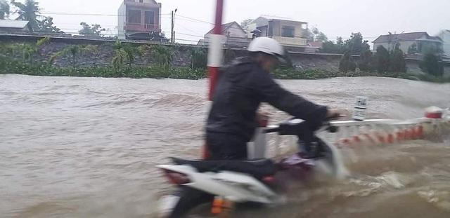 """""""Rốn"""" lũ Phong Điền nước dâng nhanh, ngập đến nửa nhà dân - 25"""