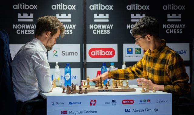 """Thần đồng 17 tuổi bực tức, đập cờ khi thua """"ông vua"""" Magnus Carlsen - 1"""