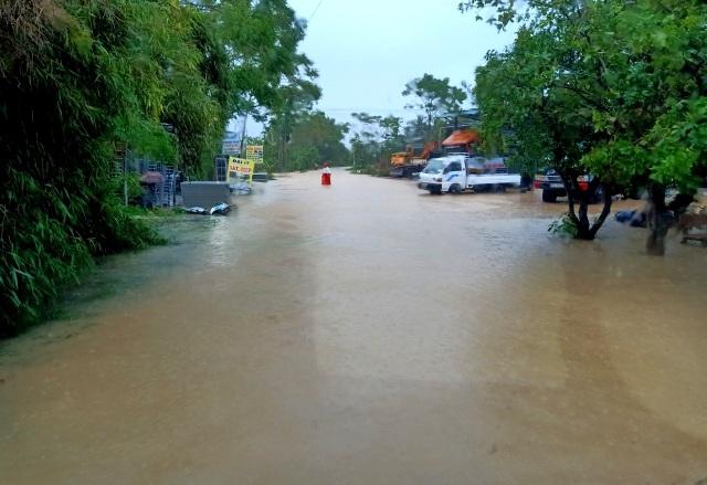 Nước sông Hương gần tràn bờ, TP Huế ngập mênh mông - 11