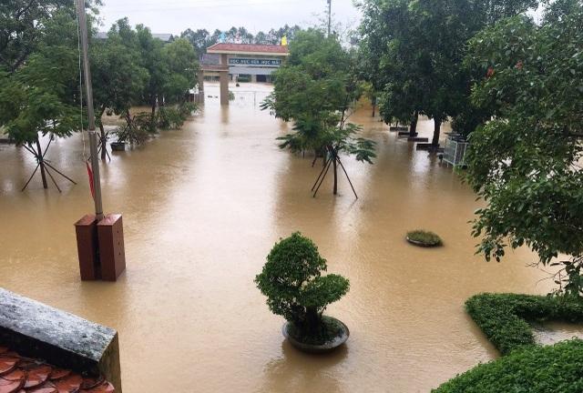 """""""Rốn"""" lũ Phong Điền nước dâng nhanh, ngập đến nửa nhà dân - 16"""