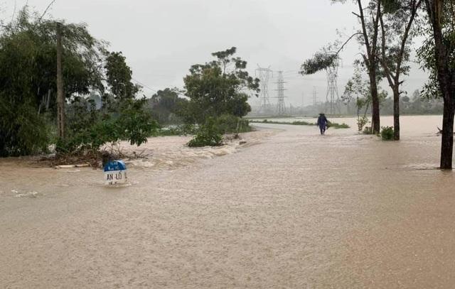 """""""Rốn"""" lũ Phong Điền nước dâng nhanh, ngập đến nửa nhà dân - 10"""
